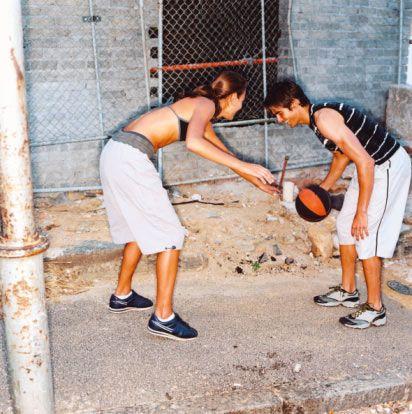 9. Belki de biraz spor yapmayı denemelisiniz. Bir basket sahasında buluşun ve basketbol oynayın. İlle de oyunu biliyor olmanıza gerek yok, öğrenmek için önünüzde koca bir gün var. Neden şutlara çalışmayasınız? Bu sizi hem yakınlaştıracak, hem de cebinizden hiç para çıkmadan vakit geçirmiş olacaksınız.